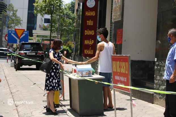 Hà Nội: Phong toả chung cư tại Hà Đông, người thân xuyên trưa tiếp tế sau ca dương tính SARS-CoV-2 - ảnh 6