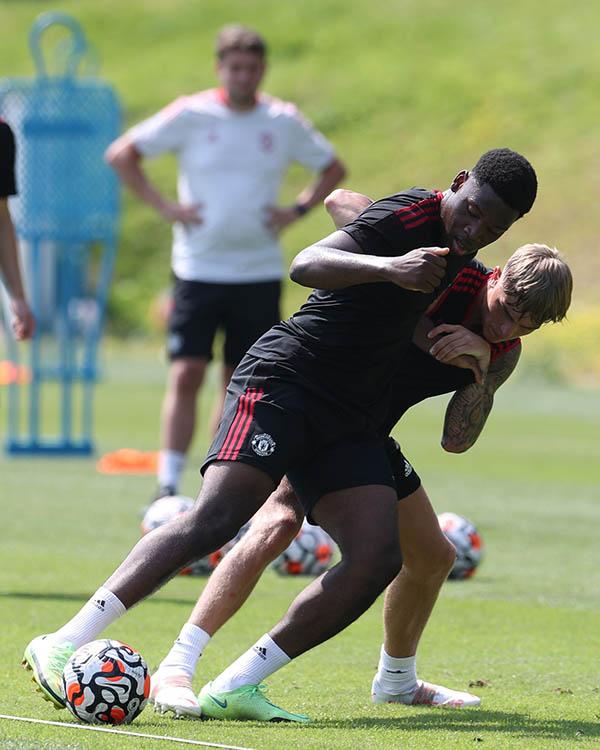 Man Utd tập hăng say, xuất hiện cạ cứng với De Gea, Henderson - ảnh 5
