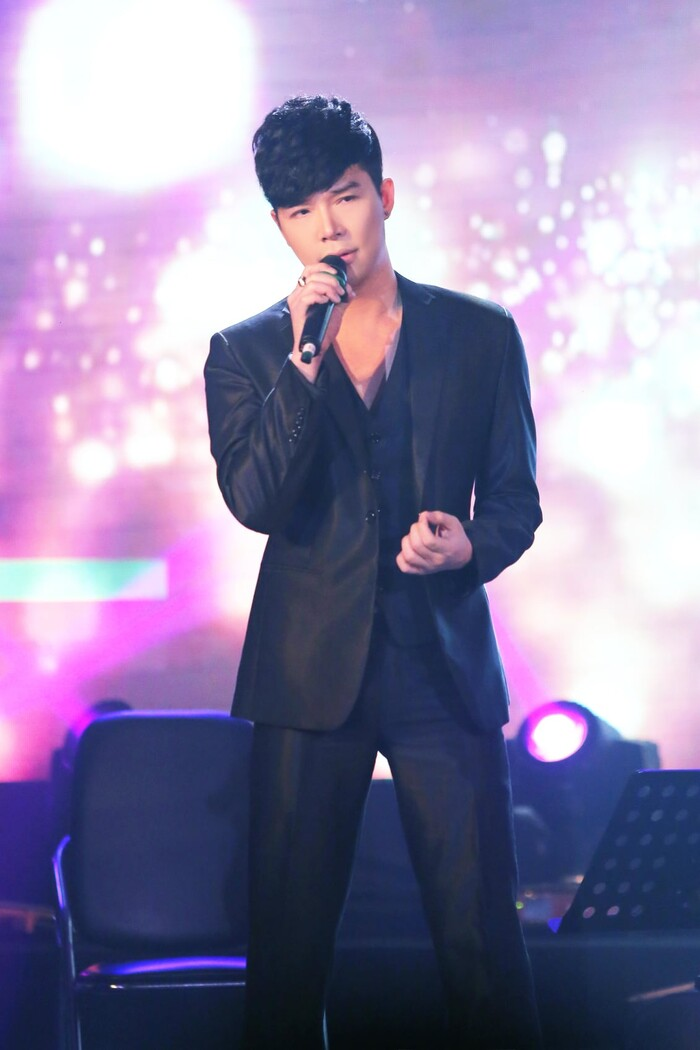 Đang hát cùng dàn nhạc giao hưởng thì bị tắt mic, Nathan Lee vẫn ''cân trọn'' bằng giọng hát cực xịn - ảnh 2