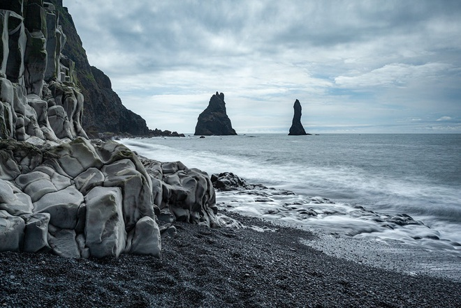 Bãi biển cát đen thui nổi tiếng nhất thế giới - ảnh 3