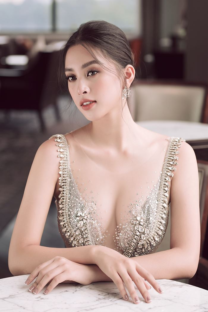 Hoa hậu Tiểu Vy táo bạo mặc váy ngủ đi siêu thị - ảnh 4