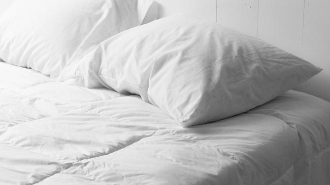 Vì sao không nên để cốc nước qua đêm gần giường ngủ? - ảnh 7