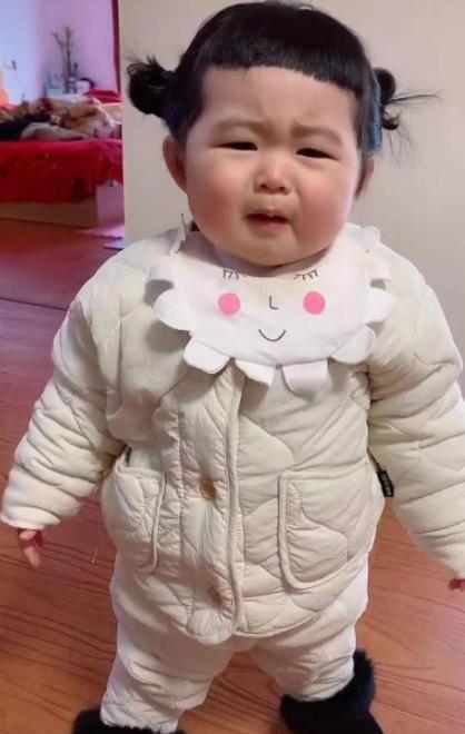 """Không thể ra ngoài vì dịch, người mẹ tự cắt tóc cho con gái nào ngờ ông bố lại khóc đến """"xé lòng"""" vì một điều khiến ai cũng phải bật cười - ảnh 5"""