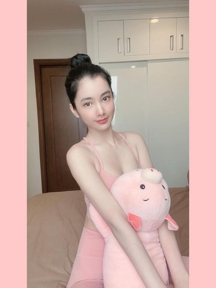Cẩm Đan mặc set đồ tập ''mỏng dính'', Minh Tú khoe eo thon ngực đầy trong loạt ảnh tại gia - ảnh 5