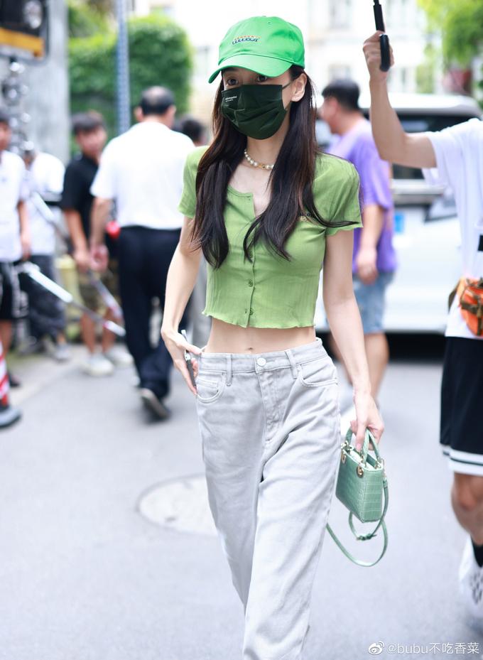Thời trang đi làm tôn chân cực phẩm, eo bằng nắm tay của Angelababy - ảnh 2