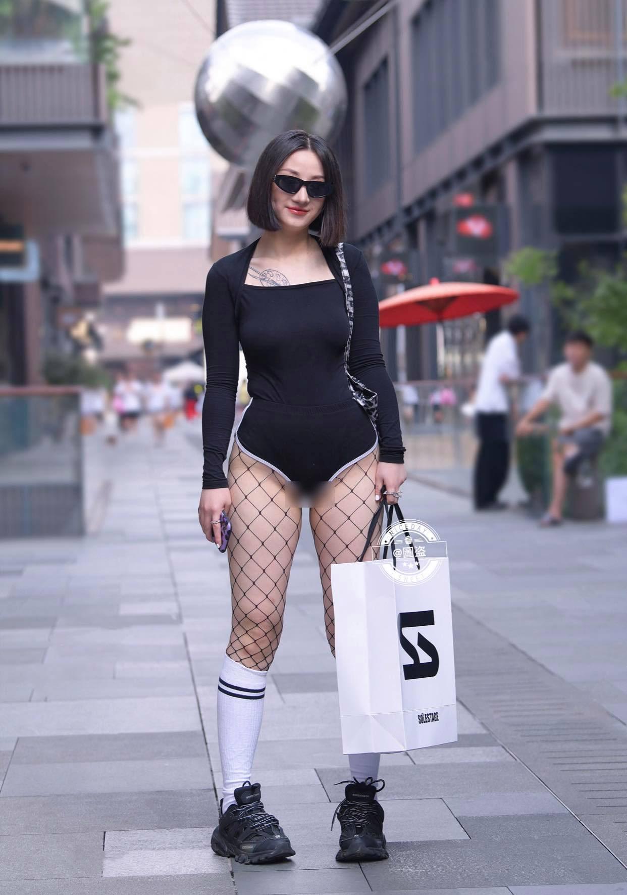 Người đẹp khiến người xung quanh hết hồn khi mặc đồ bơi, tất bó giò ra phố - ảnh 3