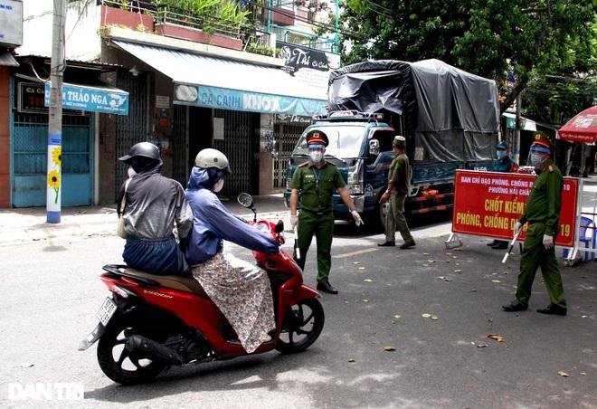 Đà Nẵng lập chốt kiểm tra ngẫu nhiên, phạt người ra đường không lý do - ảnh 2
