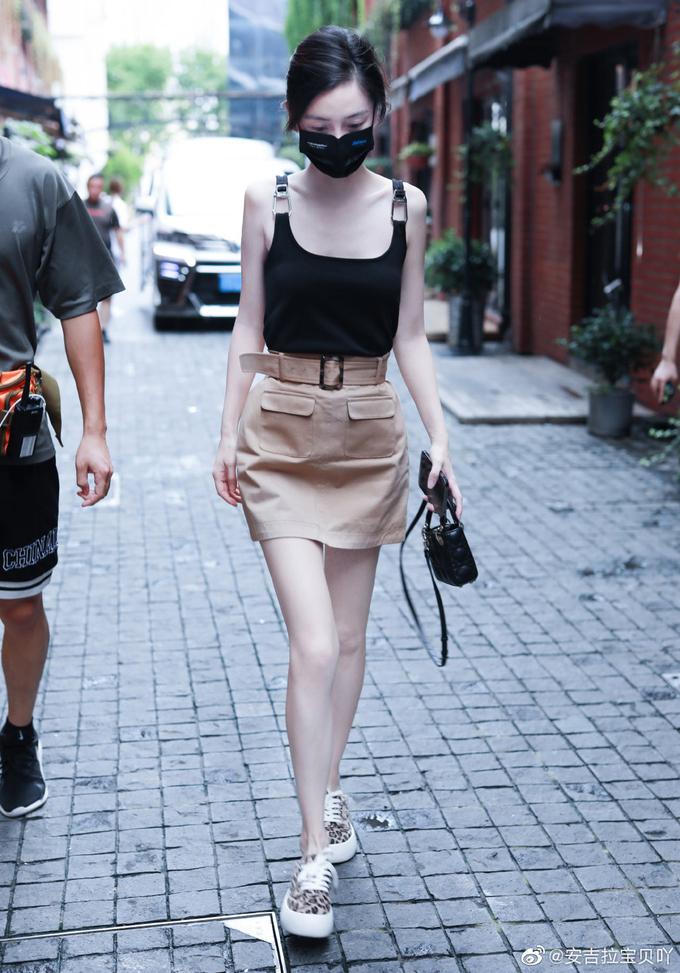 Thời trang đi làm tôn chân cực phẩm, eo bằng nắm tay của Angelababy - ảnh 12