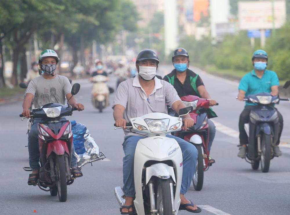 Hàng rong vô tư bán, đường phố vẫn đông đúc sáng ngày đầu Hà Nội thực hiện Chỉ thị 16 - ảnh 9