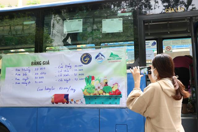 Người dân Sài Gòn mua rau củ trên... xe buýt - ảnh 3