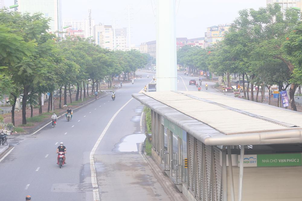 Hàng rong vô tư bán, đường phố vẫn đông đúc sáng ngày đầu Hà Nội thực hiện Chỉ thị 16 - ảnh 11