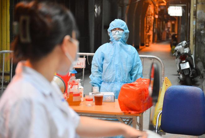 Hà Nội: Cách ly y tế tòa chung cư ở Khu đô thị Ngoại giao đoàn; Khởi tố vụ án hình sự con làm lây lan dịch bệnh truyền nhiễm nguy hiểm cho mẹ - ảnh 4