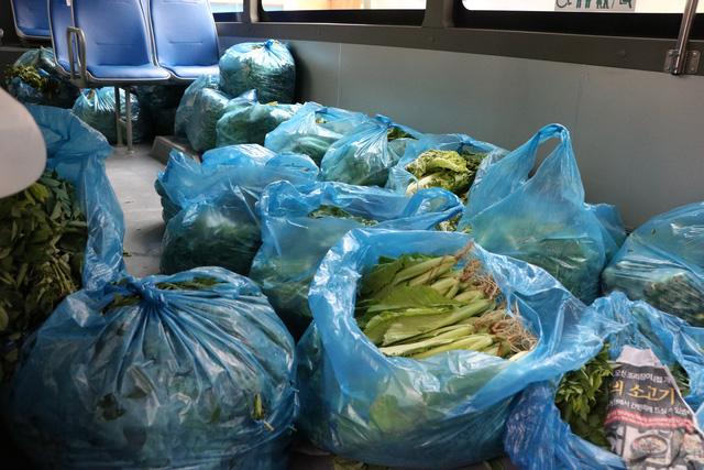 Người dân Sài Gòn mua rau củ trên... xe buýt - ảnh 4