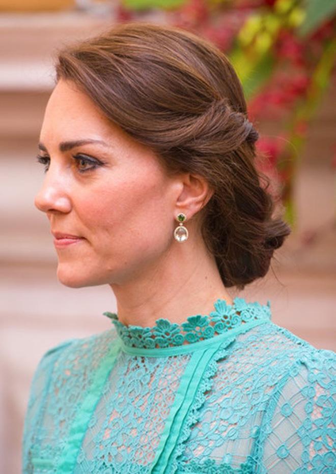 Công nương Kate luôn đeo 1 chiếc dây chuyền siêu giản dị, ý nghĩa đằng sau khiến ai nấy xúc động - ảnh 6