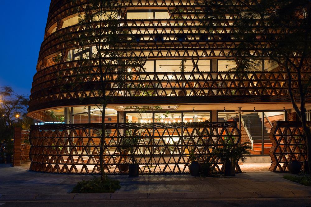 Quán cà phê lấy cảm hứng từ cành cây và hang động của người tiền sử ở Hà Nội đẹp lạ trên báo Mỹ - ảnh 6