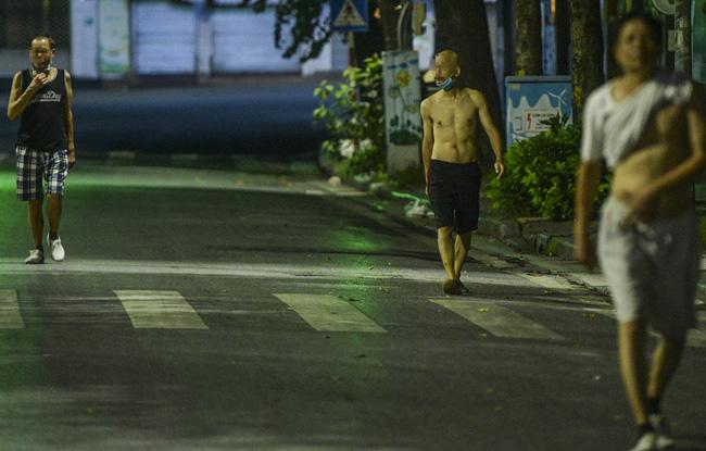 """Người đàn ông có cách tập thể dục tại nhà mùa giãn cách khiến cả xóm """"náo động"""" - ảnh 5"""