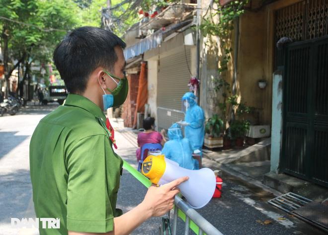 Dựng rào phong tỏa, xét nghiệm hàng chục người ở phố Hàm Tử Quan - ảnh 5