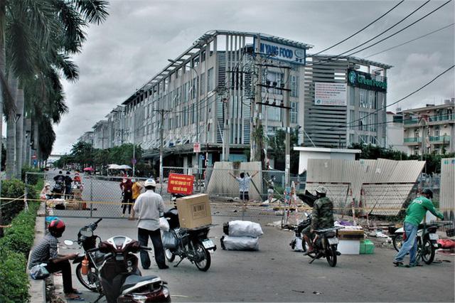 Cận cảnh chợ đầu mối lớn nhất Việt Nam trong những ngày phong tỏa chống COVID-19 - ảnh 3