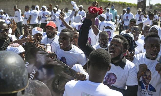 Nổ súng tại lễ tang Tổng thống Haiti, quan khách vội vã tìm nơi trú ẩn - ảnh 3