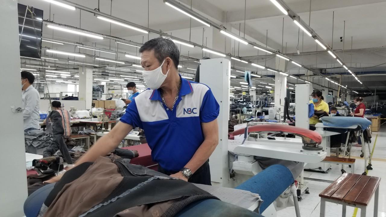 Người đàn ông đá văng bàn làm việc của nhân viên y tế ở TP.HCM gây bức xúc - ảnh 13