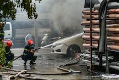 Hà Nội: Cháy lớn kèm cột khói cao hàng chục mét tại kho hàng - ảnh 2