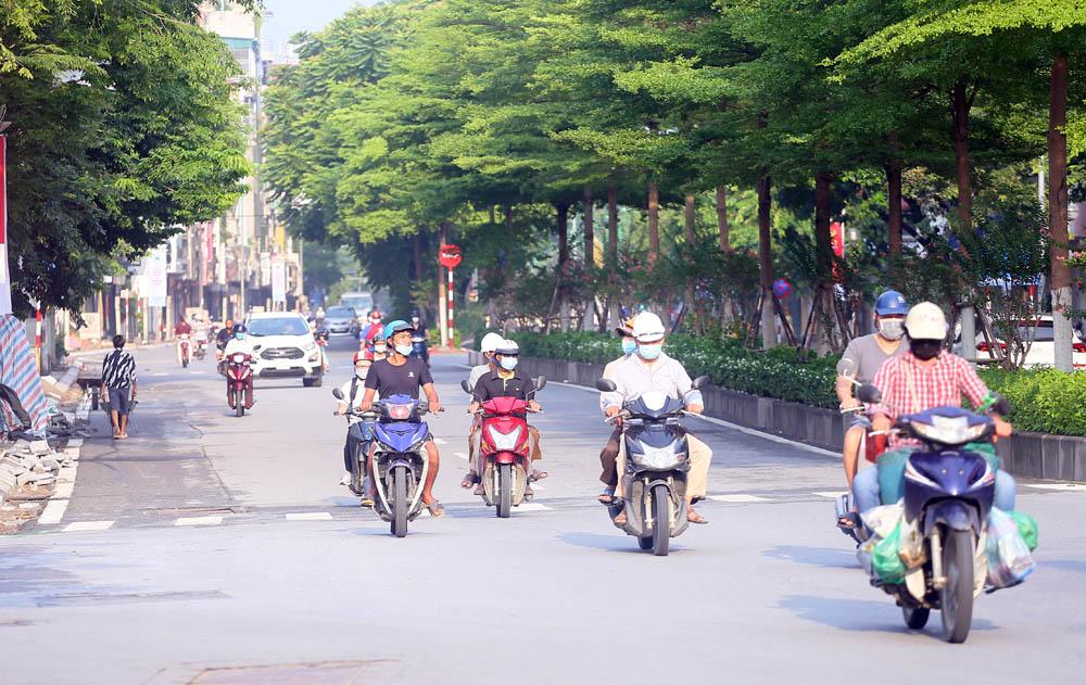Hàng rong vô tư bán, đường phố vẫn đông đúc sáng ngày đầu Hà Nội thực hiện Chỉ thị 16 - ảnh 8