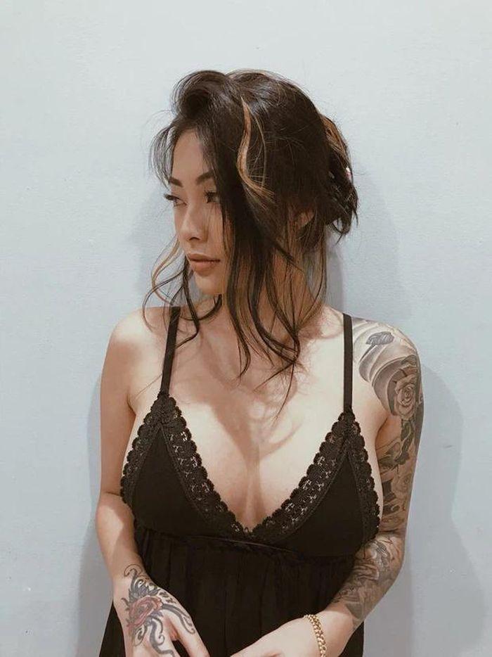 Soi hình xăm 'chất lừ' Cassie Trinh Võ, người mẫu ảnh kiêm tình cũ Binz - ảnh 9