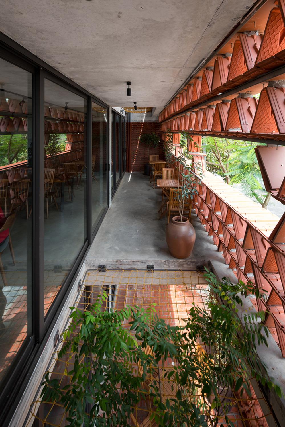 Quán cà phê lấy cảm hứng từ cành cây và hang động của người tiền sử ở Hà Nội đẹp lạ trên báo Mỹ - ảnh 3