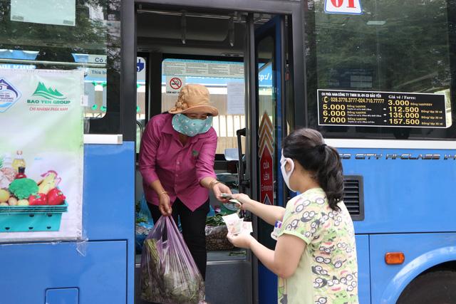 Người dân Sài Gòn mua rau củ trên... xe buýt - ảnh 5