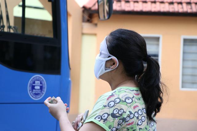 Người dân Sài Gòn mua rau củ trên... xe buýt - ảnh 6