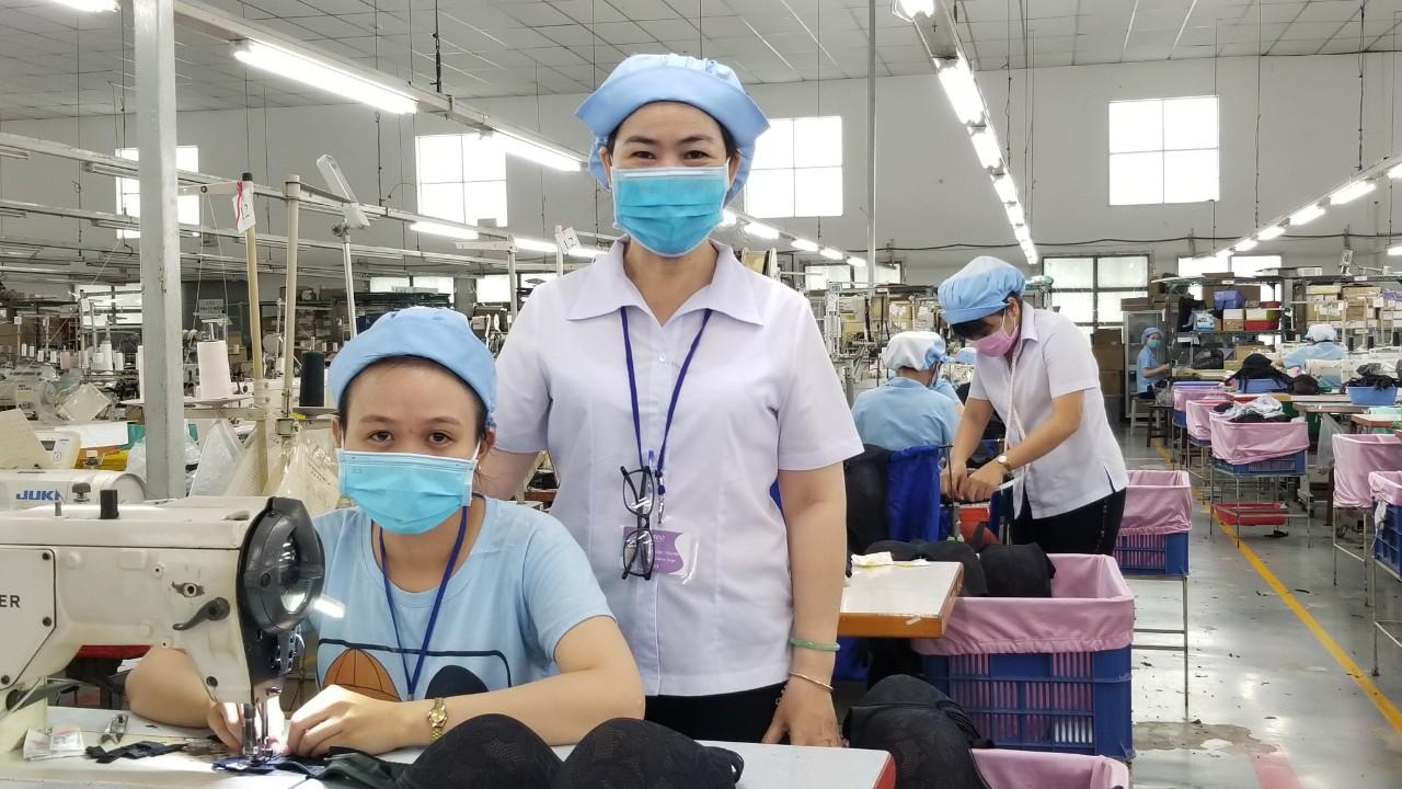 Người đàn ông đá văng bàn làm việc của nhân viên y tế ở TP.HCM gây bức xúc - ảnh 11