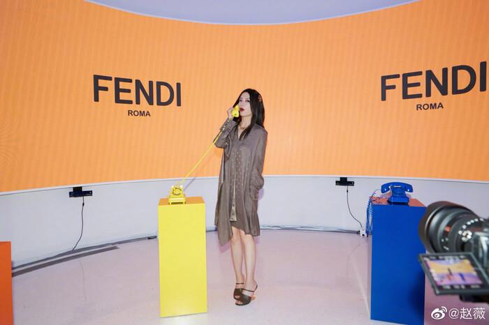 Triệu Vy ăn diện đơn giản visual kém xa đàn em Mỹ nhân Tân Cương tại show Fendi - ảnh 4