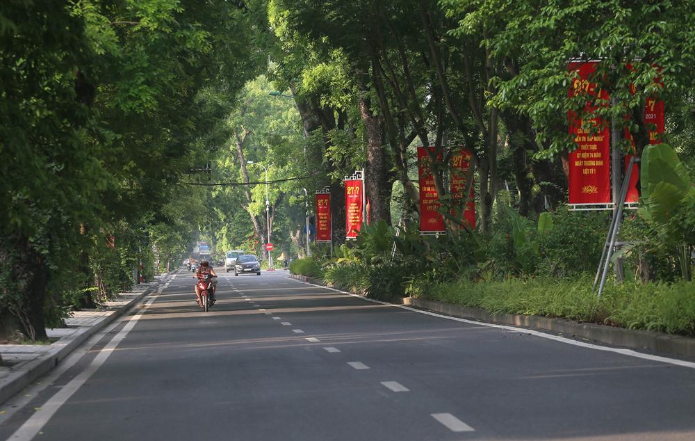 Hàng rong vô tư bán, đường phố vẫn đông đúc sáng ngày đầu Hà Nội thực hiện Chỉ thị 16 - ảnh 12