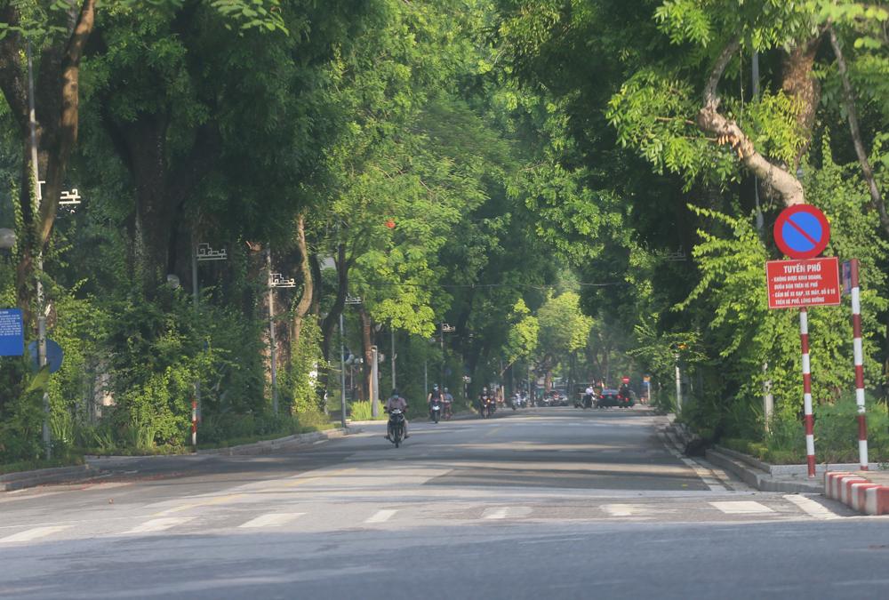 Hàng rong vô tư bán, đường phố vẫn đông đúc sáng ngày đầu Hà Nội thực hiện Chỉ thị 16 - ảnh 13
