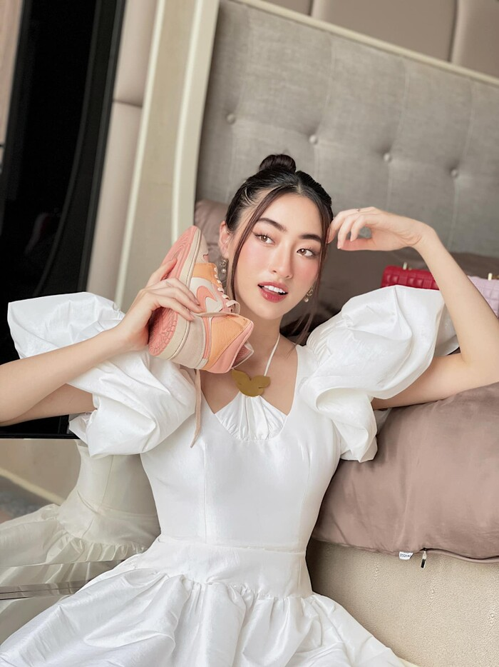 Hoa hậu Lương Thùy Linh mặc trang phục đàn ông nam tính, cuối tuần ở nhà đọc sách - ảnh 3