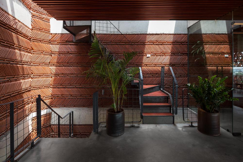 Quán cà phê lấy cảm hứng từ cành cây và hang động của người tiền sử ở Hà Nội đẹp lạ trên báo Mỹ - ảnh 7