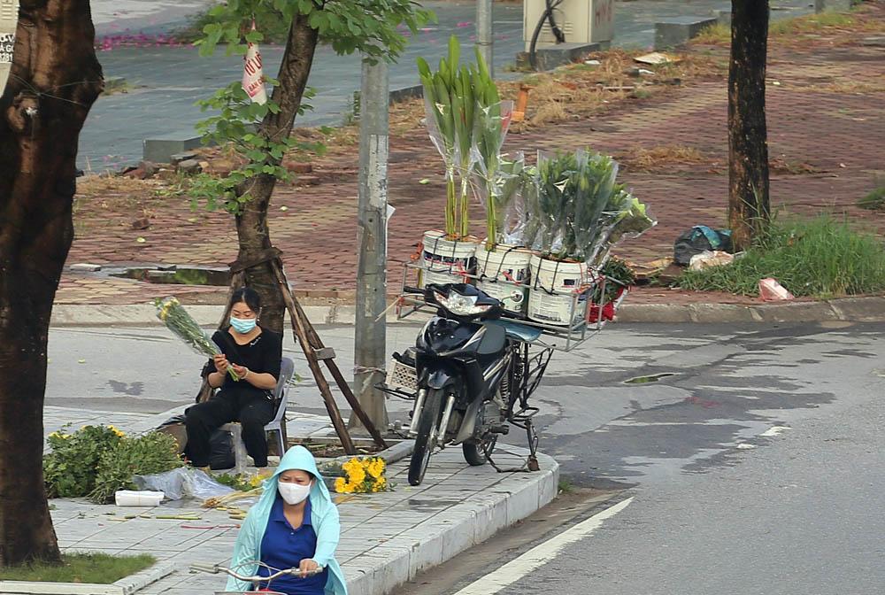Hàng rong vô tư bán, đường phố vẫn đông đúc sáng ngày đầu Hà Nội thực hiện Chỉ thị 16 - ảnh 4