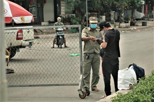Cận cảnh chợ đầu mối lớn nhất Việt Nam trong những ngày phong tỏa chống COVID-19 - ảnh 5