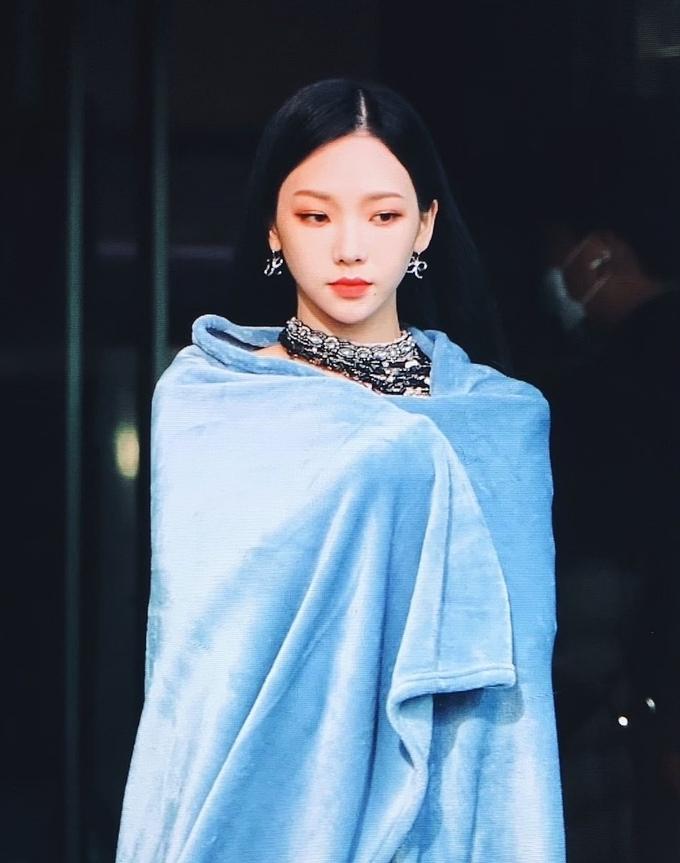 Sana – Jennie – Irene: Ba mỹ nhân có rãnh lưng sâu siêu gợi cảm - ảnh 16