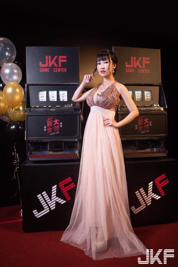 Hot girl khoe ảnh diện trang phục nữ sinh ngắn cũn cỡn gây phản cảm - ảnh 8