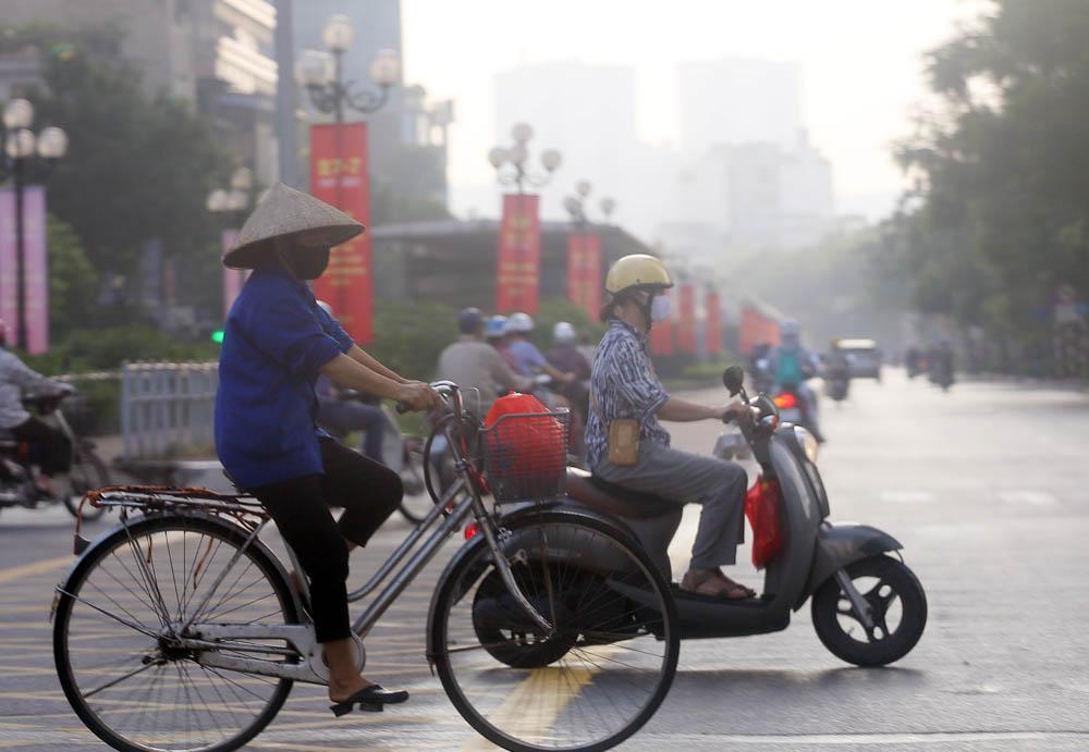 Hàng rong vô tư bán, đường phố vẫn đông đúc sáng ngày đầu Hà Nội thực hiện Chỉ thị 16 - ảnh 10
