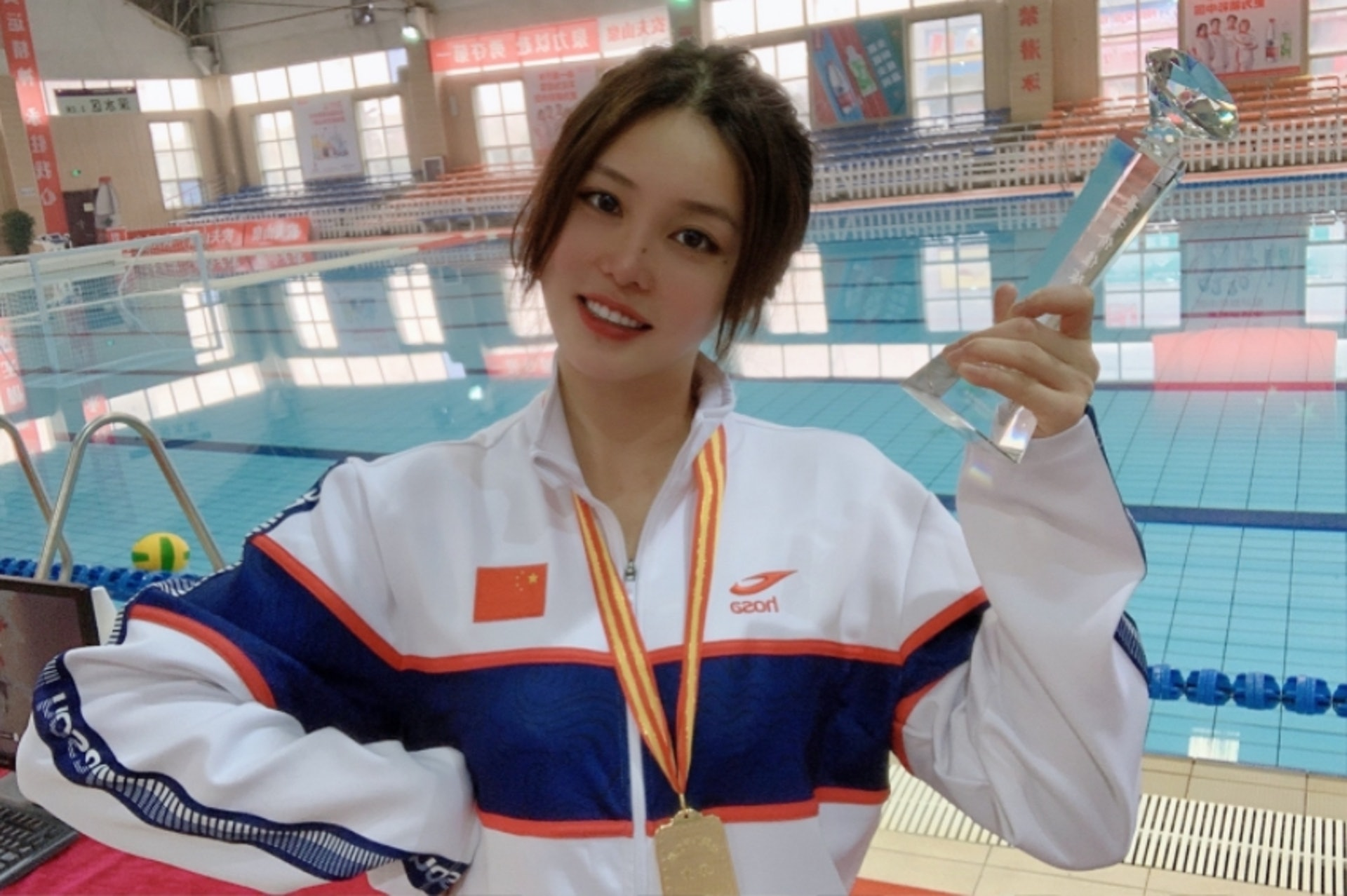 Đội trưởng đội tuyển bóng nước nữ Trung Quốc gây bão MXH vì ngoại hình nổi bật, nhan sắc được so sánh cùng Trương Bá Chi - ảnh 5