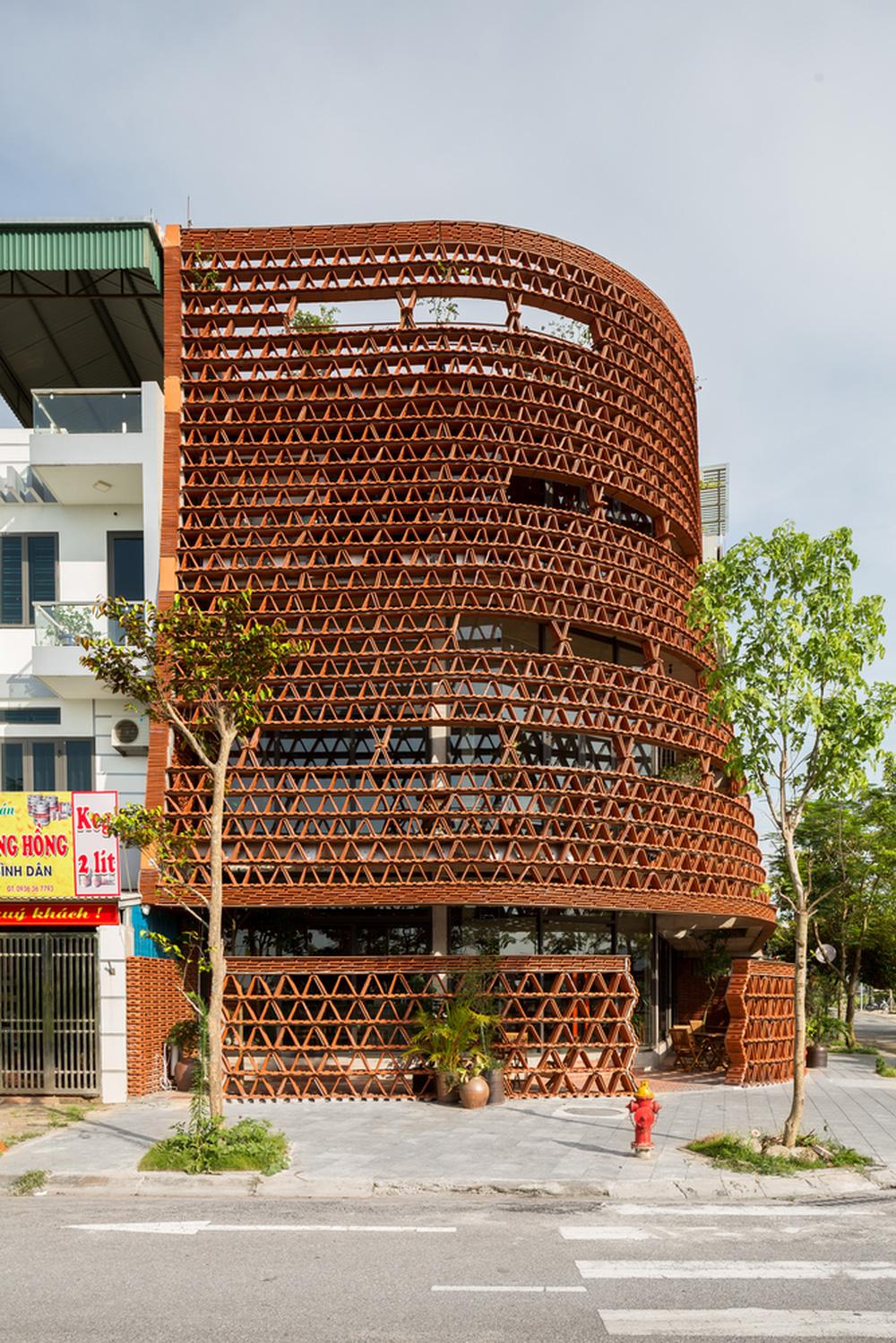 Quán cà phê lấy cảm hứng từ cành cây và hang động của người tiền sử ở Hà Nội đẹp lạ trên báo Mỹ - ảnh 2