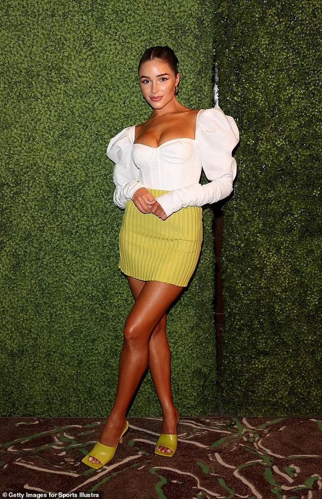 Hoa hậu hoàn vũ mặc bốc lửa trong tiệc của tạp chí áo tắm danh tiếng - ảnh 5