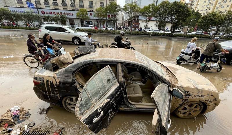 Hàng trăm ôtô bị nhấn chìm trong đường hầm ngập nước ở Trung Quốc - ảnh 3