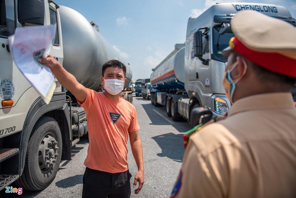 Tài xế tranh luận với CSGT khi Hà Nội cấm xe vào nội thành - ảnh 6