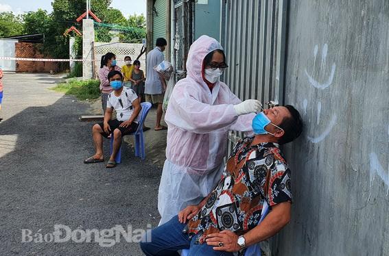 Hà Nội: Cách ly y tế tòa chung cư ở Khu đô thị Ngoại giao đoàn; Khởi tố vụ án hình sự con làm lây lan dịch bệnh truyền nhiễm nguy hiểm cho mẹ - ảnh 17