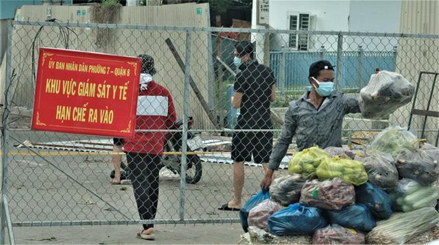 Cận cảnh chợ đầu mối lớn nhất Việt Nam trong những ngày phong tỏa chống COVID-19 - ảnh 6