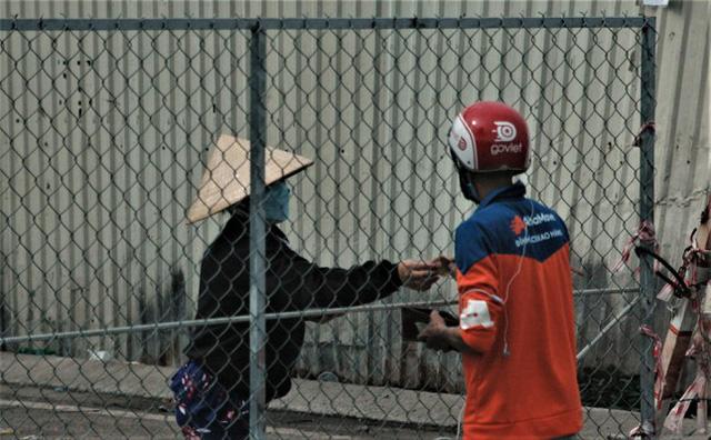 Cận cảnh chợ đầu mối lớn nhất Việt Nam trong những ngày phong tỏa chống COVID-19 - ảnh 4