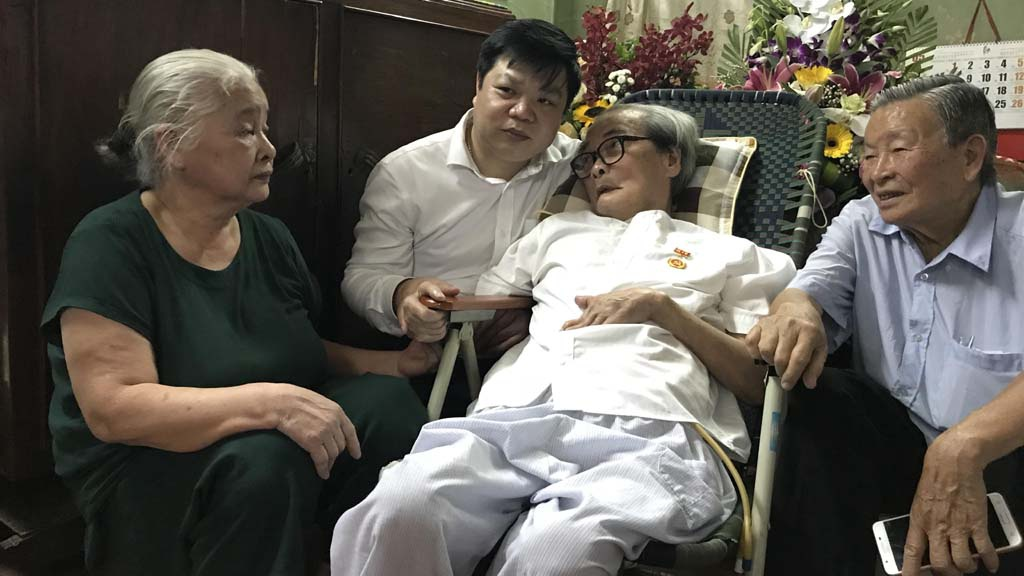 Nhà văn Sơn Tùng mãn nguyện khi nhận Huy hiệu 70 năm tuổi Đảng ở tuổi 91 - ảnh 2